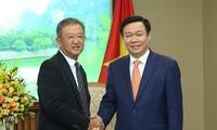Deputi PM Vietnam, Vuong Dinh Hue menerima Presiden Grup Asuransi AIA,  Ng Keng Hooi