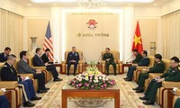 Kepala Staf Umum Tentara Rakyat Vietnam, Phan Van Giang menerima Panglima Angkatan Udara Pasifik AS