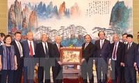 阮春福会见援越中国老顾问专家家属代表
