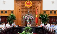 阮春福与薄辽省和金瓯省领导人座谈