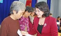越南国家副主席邓氏玉盛向隆安省居民赠送春节礼物