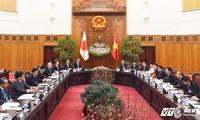 阮春福和日本首相安倍晋三举行会谈