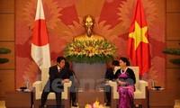 越南国会主席阮氏金银会见日本首相安倍晋三