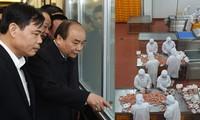 越南政府总理阮春福视察北宁一些生产设施