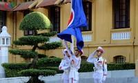 越南举行东盟旗升旗仪式纪念东盟成立50周年