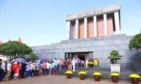 9.2国庆当天共有近1.5万人次游客入陵瞻仰胡志明主席遗容