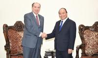 越南政府总理阮春福会见巴西外交部长费雷拉