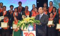 阮春福出席30年革新优秀越南农民表彰会暨授予称号仪式