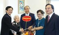 阮春福探望越南著名教师和文学艺术家