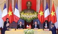 法国媒体纷纷报道奥朗德的越南之行