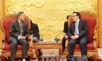 越共中央对外部部长黄平君会见新加坡外长维文