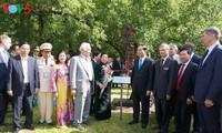陈大光在莫斯科向胡志明主席像敬献花圈