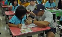 美国海军官兵与庆和省残疾儿童交流