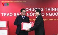 Parlament-Fernsehkanal der Stimme Vietnams überreicht Blinden Sprechbücher