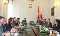 Vize-Parlamentspräsident Uong Chu Luu besucht Polen