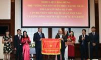 Premierminister Nguyen Xuan Phuc trifft Mitarbeiter der vietnamesischen Botschaft in Deutschland