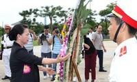 Parlamentspräsidentin Nguyen Thi Kim Ngan überreicht Heldenmütter Geschenke