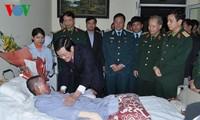 Chủ tịch nước Trương Tấn Sang thăm quân nhân bị nạn trong vụ rơi máy bay trực thăng