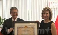 Trao tặng Huân chương hữu nghị cho Chủ tịch Phòng Thương mại Hoa Kỳ tại Hà Nội
