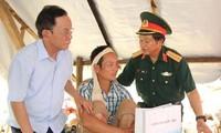 Phó Chủ tịch Quốc hội Đỗ Bá Tỵ thăm hỏi bà con vùng lũ tỉnh Sơn La