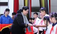 Phó Chủ tịch Thường trực Quốc hội Tòng Thị Phóng trao quà trung thu cho trẻ em Bến Tre