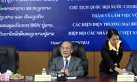 Parlamentspräsident Nguyen Sinh Hung trifft vietnamesische Investoren in Laos