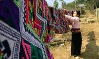Webarbeit und Präzision der Trachten der Muong