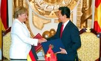 Premierminister Nguyen Tan Dung führt Gespräch mit Bundeskanzlerin Angela Merkel
