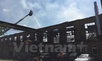 Großbrannd zerstört Lagerhalle und Autowerkstatt der Vietnamesen in Lichtenberg