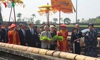 Der japanische Kaiser Akihito und Kaiserin Michiko besuchen den Kaiserpalast in Hue