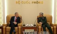 Vize-Verteidigungsminister Nguyen Chi Vinh empfängt US-Botschafter Ted Osius