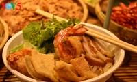 Cao Lau-Nudel und die künstlerische Zubereitung durch ausländische Köche