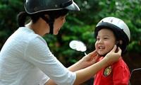 La plupart des Vietnamiens roulent en moto avec un casque