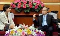 ประธานแนวร่วมปิตุภูมิเวียดนามให้การต้อนรับเอกอัครราชทูตสวิสเซอร์แลนด์และอิตาลีประจำเวียดนาม