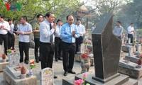 นายกรัฐมนตรีเหงวียนซวนฟุกจุดธูปเพื่อรำลึกถึงวีรชนและทหารที่พลีชีพเพื่อชาติ ณ จังหวัดกว๋างจิ