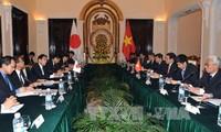รองนายกรัฐมนตรีและรัฐมนตรีต่างประเทศเวียดนามเจรจากับรัฐมนตรีว่าการกระทรวงการต่างประเทศญี่ปุ่น