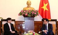 รองนายกรัฐมนตรี ฝ่ามบิ่งมิงให้การต้อนรับเอกอัครราชทูตไทยและฟิลิปปินส์ประจำเวียดนาม