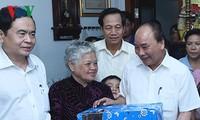 นายกรัฐมนตรี เหงวียนซวนฟุก ไปเยือนครอบครัวผู้ที่อยู่ในเป้านโยบายในจังหวัดเกิ่นเทอ