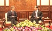 ประธานประเทศเจิ่นด่ายกวางให้การต้อนรับเอกอัครราชทูตที่เข้ายื่นสารตราตั้ง