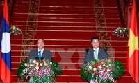 นายกรัฐมนตรีลาวแสดงความพอใจต่อการพัฒนาความสัมพันธ์ระหว่างเวียดนามกับลาว