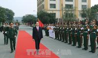 ประธานประเทศเจิ่นด่ายกวางเยือนกองกำลังติดอาวุธกองทัพภาคที่ 1