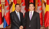 Cambodian Prime Minister Hun Sen begins an official visit to Vietnam