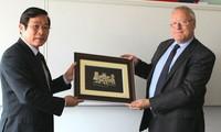Vietnam and Britain strengthen cooperation in telecom market management