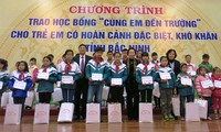 Vice President presents scholarships to poor students in Bac Ninh