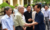 PM Nguyen Tan Dung meets voters in Hai Phong