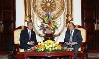 Deputy Prime Minister Nguyen Xuan Phuc receives Nagasaki governor