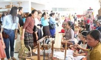 Vietnam attends handicraft products fair in Laos