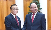 Prime Minister Nguyen Xuan Phuc receives Laotian Deputy PM, Finance Minister