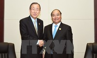 Prime Minister Nguyen Xuan Phuc holds sideline meetings at ASEAN Summits in Laos