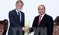 Prime Minister Nguyen Xuan Phuc meets Italy's Minister of Infrastructure and Transport
